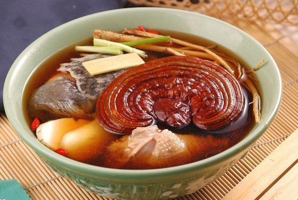 Chế biến gà hầm nấm linh chi để bồi bổ cơ thể