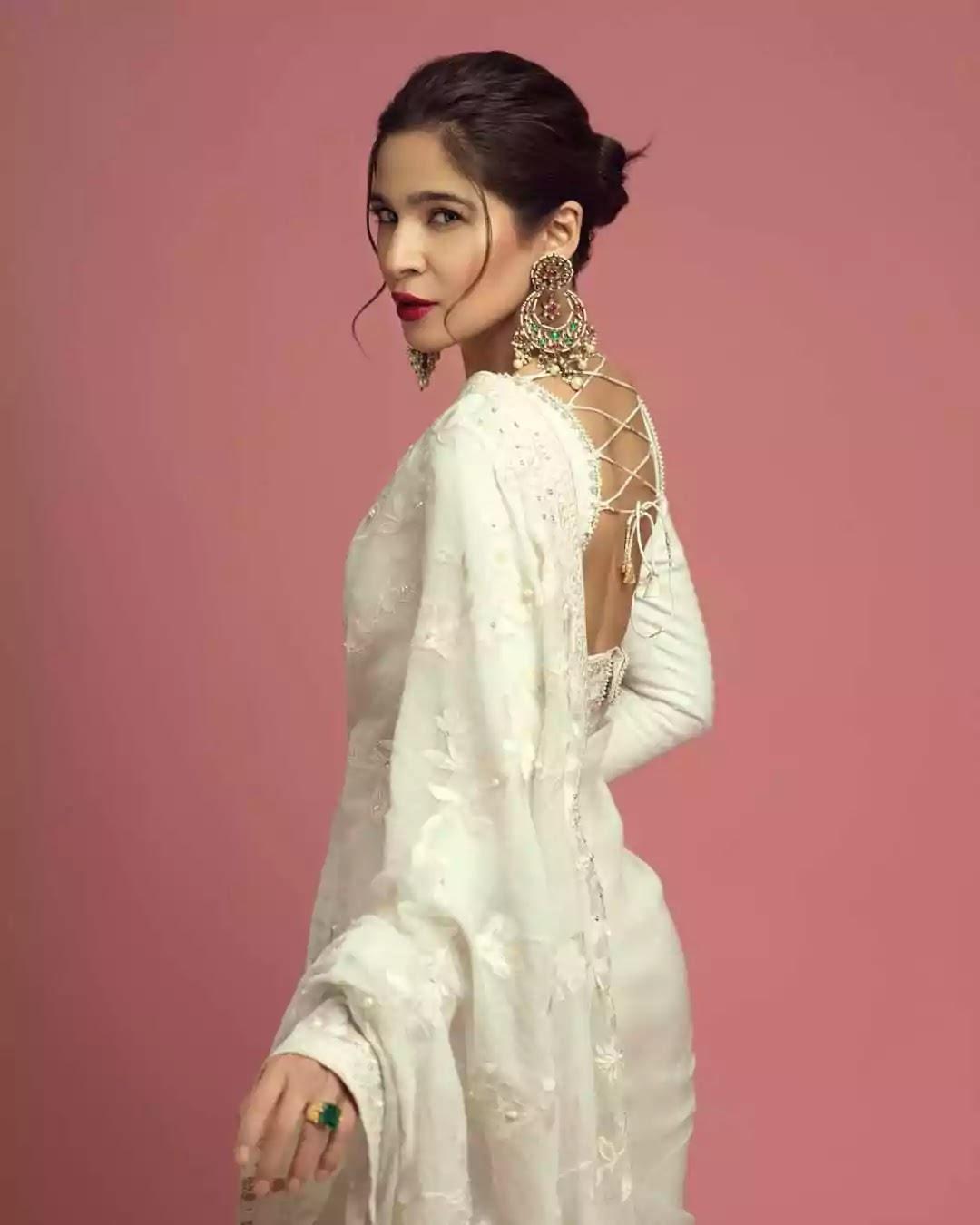 Ayesha Omar Looks Super Chic In Saree