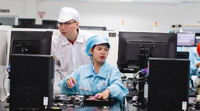 Steven Shi, Head of Southeast Asia, Country Head of Indonesia, Xiaomi, Mengamati Salah Satu Proses Produksi dari Fasilitas Produksi Xiaomi di Batam