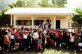 Adam Braun trong lễ khánh thành một ngôi trường tại Lào