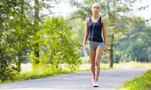 rutina para ponerse en forma rápido , chica caminando