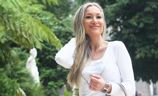 Partilho hoje convosco um look em tons de branco e cinza, com camisola Guess e a carteira KAILLA (Athena) em cinza (taupe) e efeito matelassé. Style Statement.