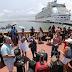 Multitud busca lugar en un crucero para salir de Puerto Rico