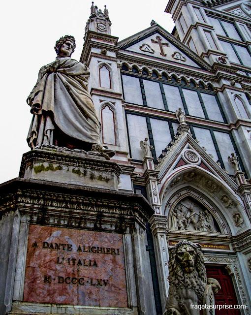 Estátua de Dante Alighieri em frente à Igreja de Santa Croce, em Florença
