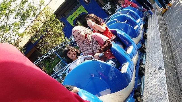 naik roller coaster mini besama teteh rafa wisata indonesia malang jatim park batu secret zoo dan eco green nurul sufitri mom lifestyle blogger
