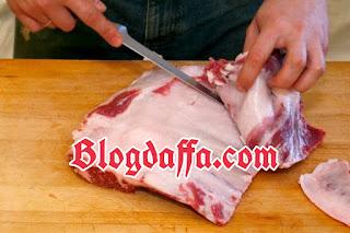 Pisahkan daging dengan Lemak agar tidak menimbulkan bau bengik