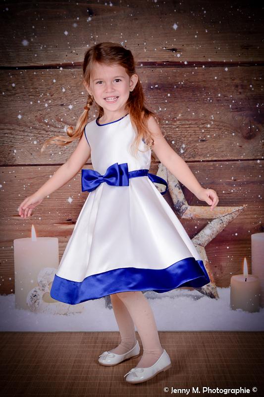 photo fille enfant avec robe danse et fait tourner la robe