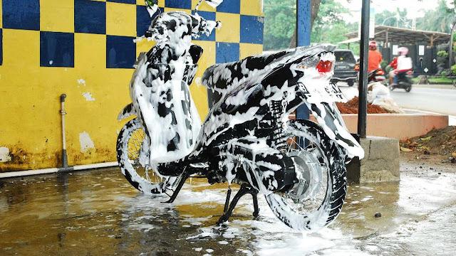 Pentingnya Mencuci Motor Setelah Hujan, Ini Sebabnya