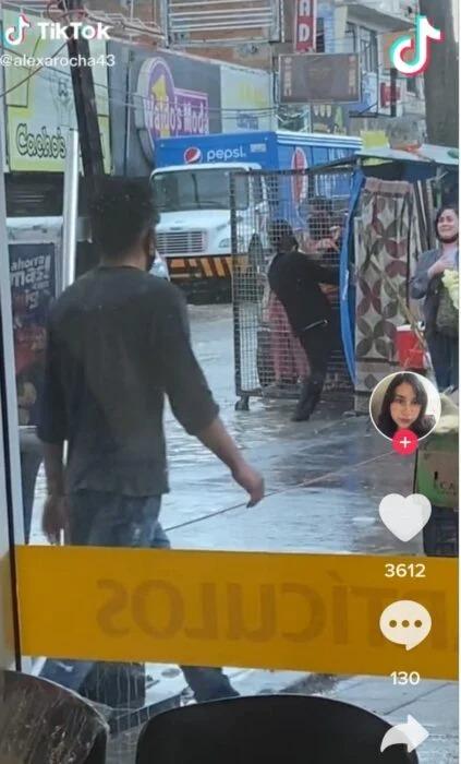 Ingenio mexicano nivel: emprendedor usa una jaula con ruedas para cruzar gente en calles inundadas