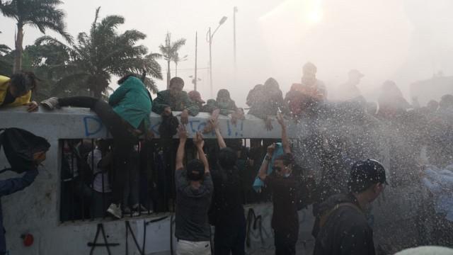 Keajaiban Pun Terjadi Saat Polisi Serang Mahasiswa, Qadarullah!
