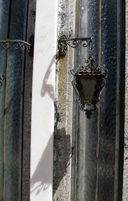 candeeiro na parede de um cemitério