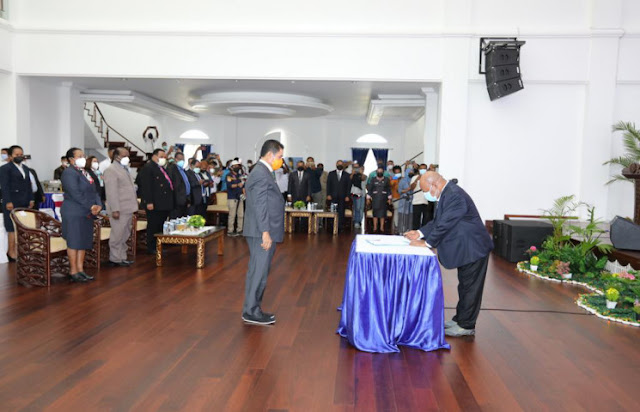 Lukas Enembe Serahkan Tugas Jabatan Sekretaris Daerah ke Ridwan Rumasukun.lelemuku.com.jpg