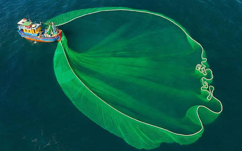 Vietnamese fishermen set up their giant nets. (Photo by Nguyen Sanh Quoc Huy)
