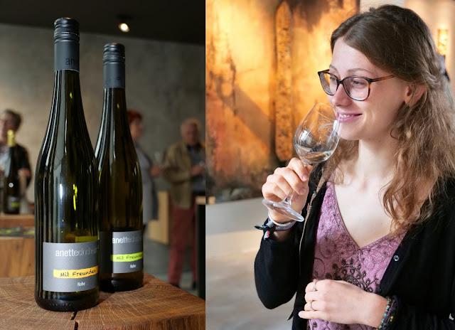 Weinkunde in der Vinothek des Weingutes Closheim in Langenlonsheim an der Nahe.