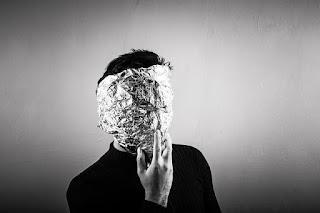 homem com o rosto coberto por papel aluminio