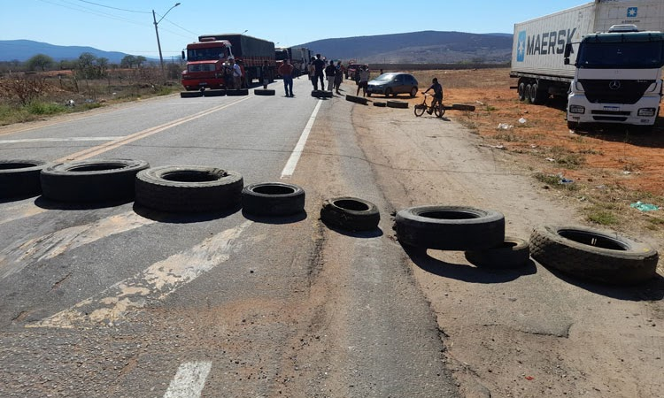 Caminhoneiros realizam bloqueio em cidade do Sudoeste da Bahia