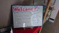 Cartel Bienvenida en el hotel  con nombre de Carlos