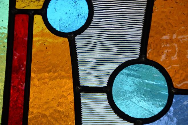 vitrail petite fenêtre, vitrail au plomb, couleur, décoration intérieure, vitrail sur mesure, pièces uniques, atelier, Ariège,