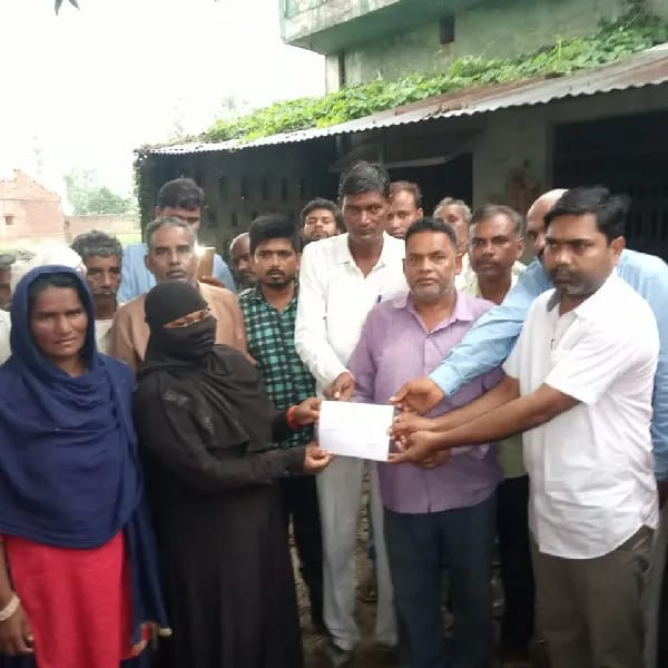 विधायक राम प्रताप वर्मा ने मृत दो लोगो के परिवारों को 4-4 लाख की अनुदान राशि प्रदान की