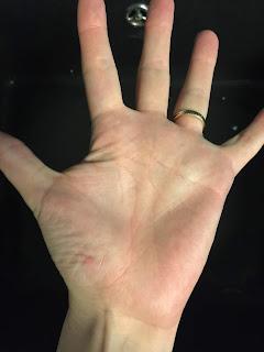 Main après l'application de la pâte à modeler lavante pour le bain