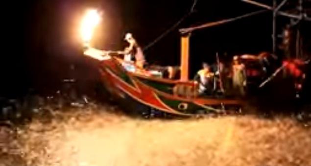 Unik, Nelayan Di Taiwan Menangkap Ikan Menggunakan Api