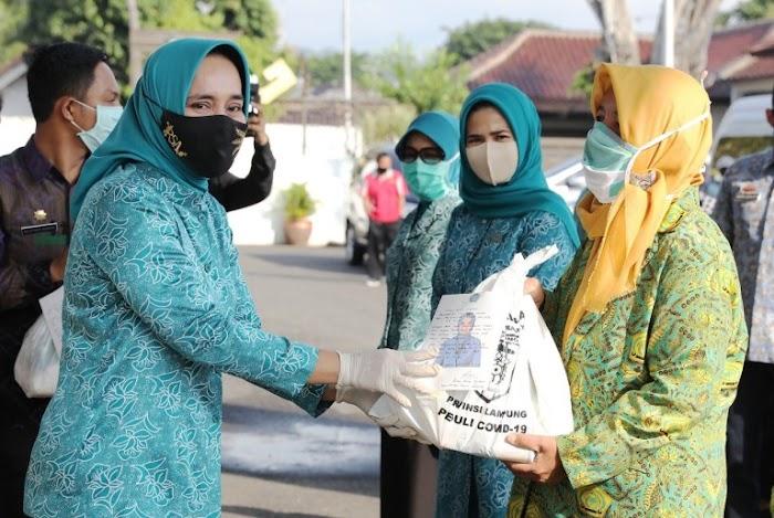 Riana Arinal Bagikan Sembako dan Nasi Kotak bagi Masyarakat Terdampak Covid-19