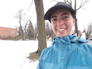 Coureuse souriante, casquette, neige, parc de Montréal