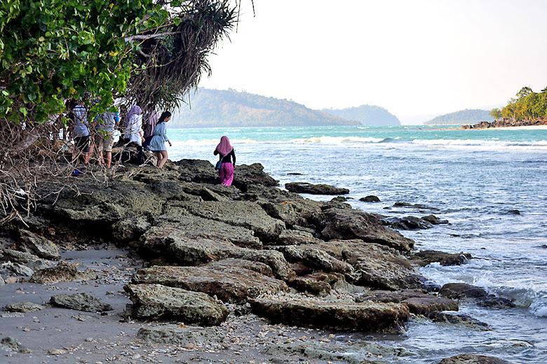 menyusuri pinggiran pantai pulau sebesi