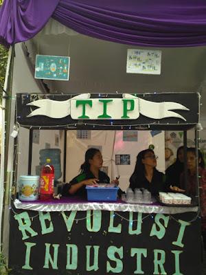 Lpm-papyrus.com- Himpunan Mahasiswa Teknologi Pertanian (HIMATIP) Universitas Tribhuwana Tunggadewi (UNITRI) Malang, mengangkat tema revolusi industri saat  bazar wisuda di halaman Parkiran Unitri, Sabtu, (27/04).