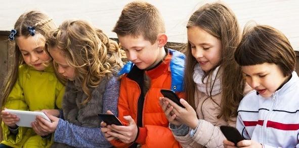 इंटरनेट की दुनिया में खोता जा रहा है बचपन, बच्चों पर मनोवैज्ञानिक असर अधिक पड़ रहा है