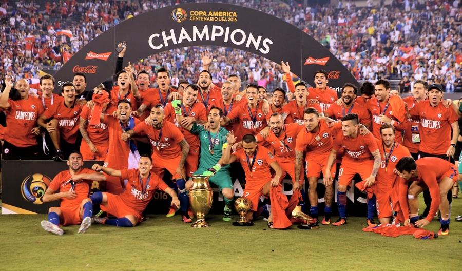 Foto penyerahan piala Chile Copa America Centenario 2016 - Winning Ceremony