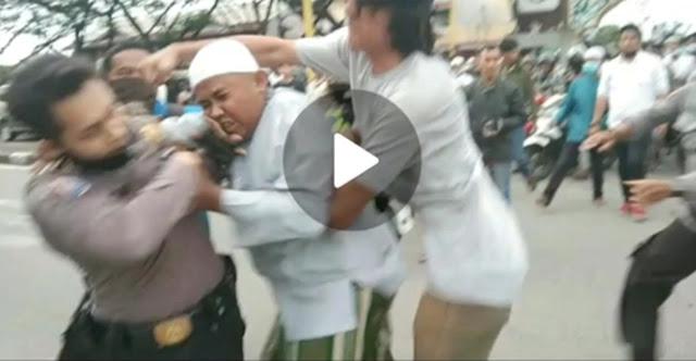 Video Detik-detik Pemuda Gondrong Pukul Polisi Saat Aksi 1812