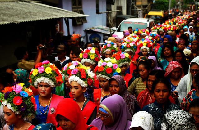 Butuh_10_Ton_Bunga_untuk_Perawan_Ngarot_Dalam_Even_Cimanuk_Carnival_Indramayu