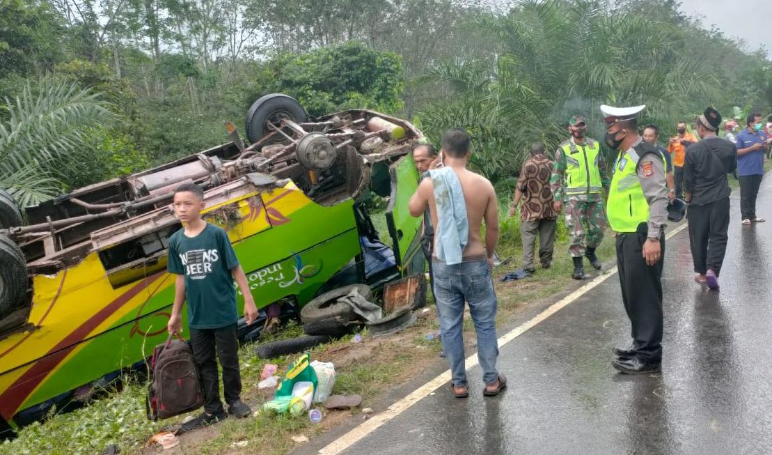 Pecah Ban, Bus KTM Mesuj Berpenumpang 30 Orang, Terguling Di Jalintim
