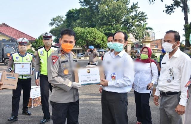Peduli Dampak Corona Bagi Masyarakat, Polda Jambi Bagikan Masker Dan Sembako