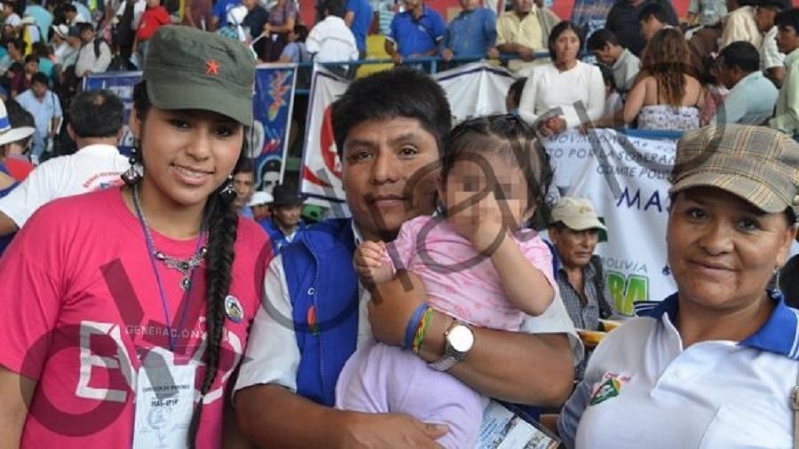 Vargas y su madre, rodean al dirigente cocalero Leonardo Loza quien tiene en brazos a la