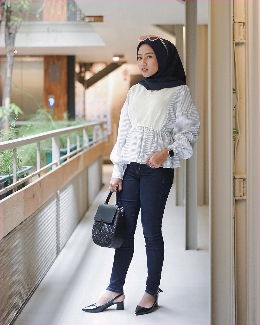 Outfit Baju Top  Blouse Untuk Hijabers Ala Selebgram 2018 Peplum Blouse stripes putih jeans denim biru dongker handbags segiempat hijab square diamond loafers and slip ons heels hitam kacamata jam tangan layar sentuh ootd trendy