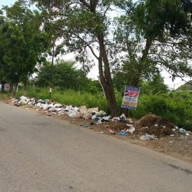 Banyak Sampah Di Pinggiran Jalan Ke Arah Danau OPI Palembang