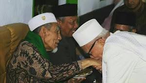 Kisah KH Anwar Manshur yang Datang Tepat Waktu Sholatkan Jenazah Mbah Moen