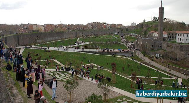 DİYARBAKIR-Diyarbakır'ın Sur ilçesinde meydana gelen çatışmalar nedeniyle restorasyon çalışmaları devam ederken, çalışmaların tamamlandığı Hz. Süleyman ve 27 Sahabe Camii'nin bulunduğu alan halkın ilgisini çekiyor.