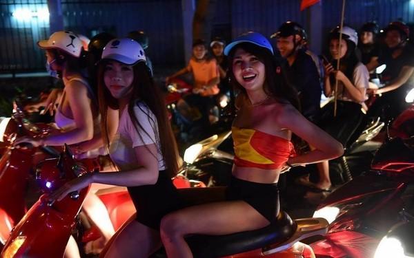 'Việt Nam nói là làm':  Girl xinh lột đồ dạo phố cạo trọc sau chiến thắng của U23 Việt Nam