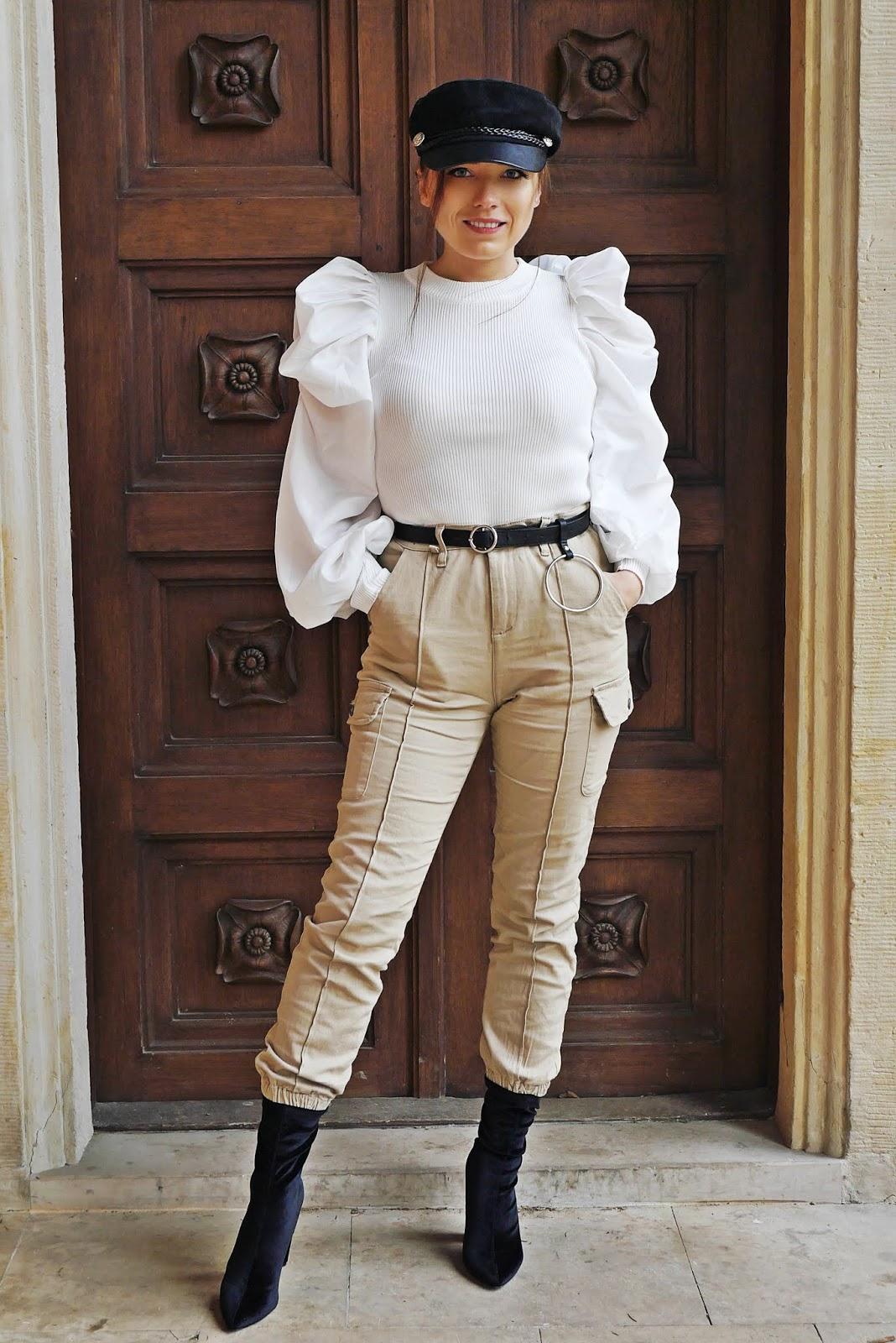 blog modowy blogerka modowa karyn biały top z bufkami spodnie cargo beżowe z kieszeniami femme luxe botki renee skarpetkowe pasek aliexpress bretonka czapka stylizacja