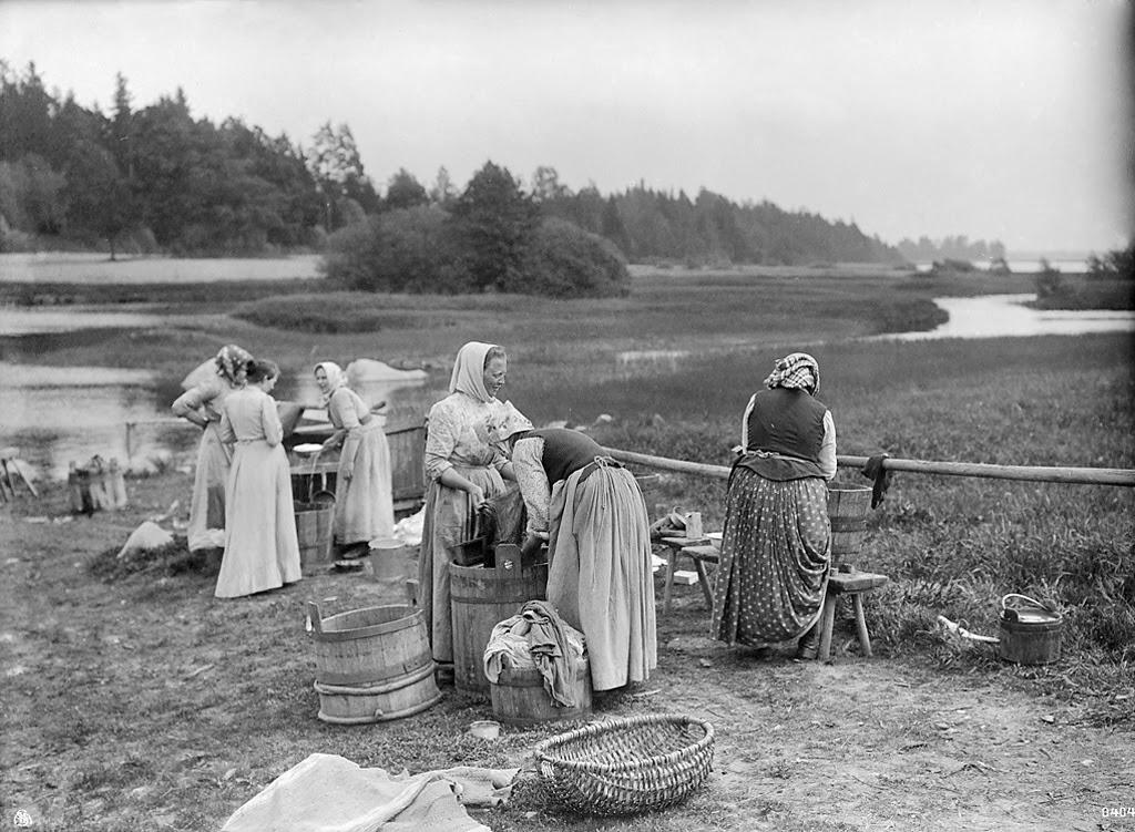 kuva maalauksesta, jossa naiset 1800-luvulla pesevät ulkona pyykkiä