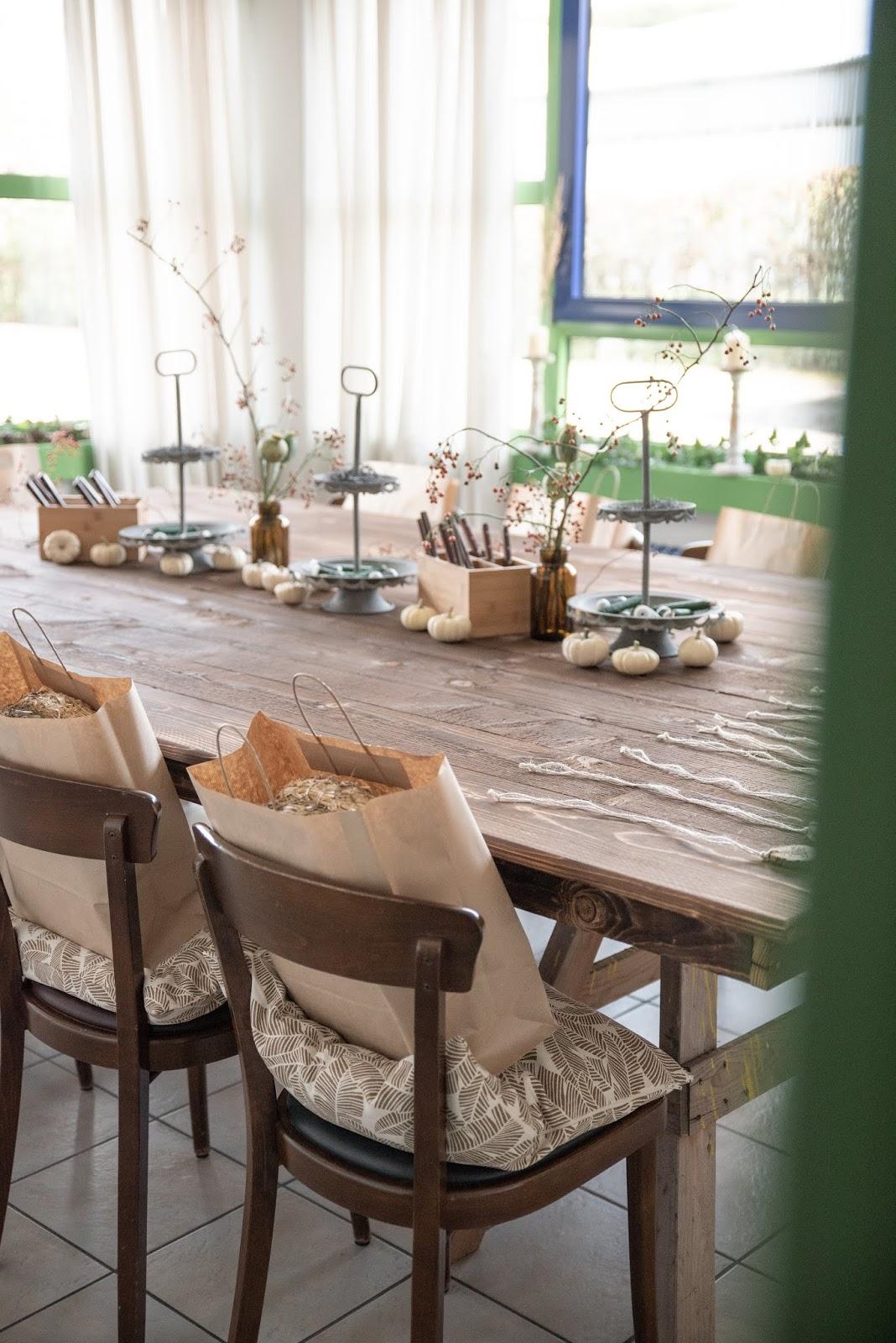 Einrichtung Interior Workshop-Räume: großer Arbeitstisch aus Holz. DIY selber machen. Kreativ werkeln Deko Dekoidee