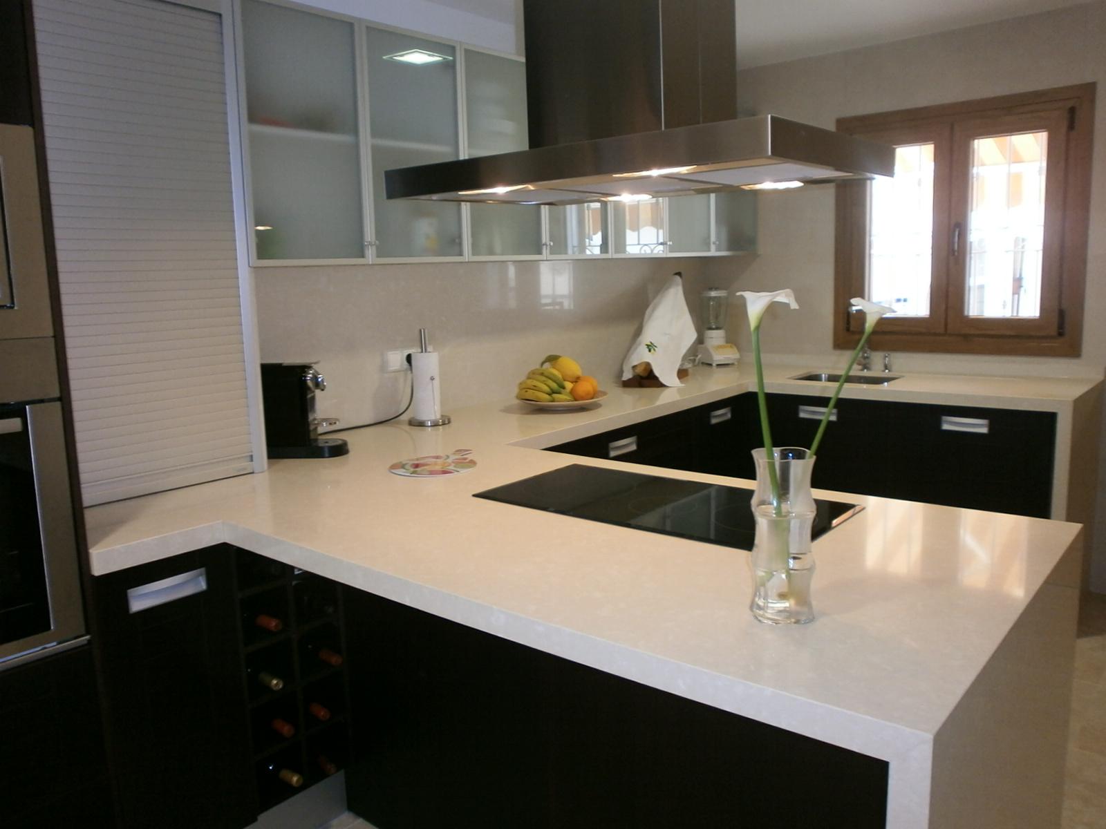 El wengu y la madera oscura en la cocina cocinas con - Cocinas en valencia ...