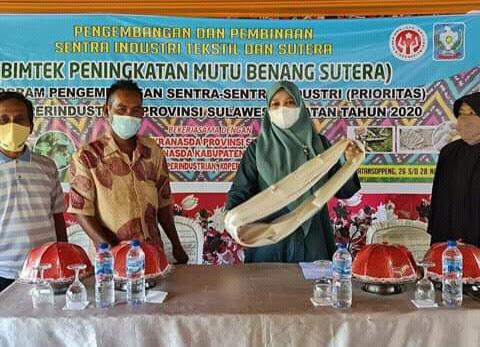 A. Nurhidayati, SE, M.Si Anggota DPRD Sul Sel Kunjungi Bintek Pemintalan Benang Sutra.