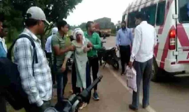 बाइक सवार महिला पर बदमाशों ने झपट्टा मार छीना पर्स, सड़क पर गिरी महिला, हालत गंभीर- Rewa News