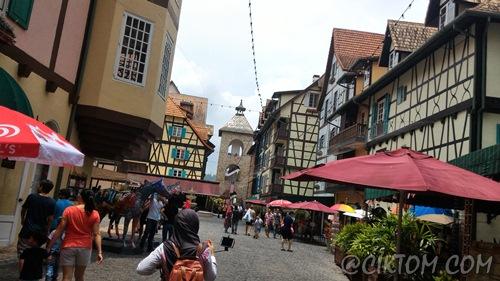 Banyak hotel, restoran dan souvenir shop di dalam Colmar Tropicale