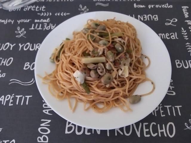 Espaguetis Integrales Con Salteado De Habas, Ajetes Y Bacon A Los Cuatro Quesos
