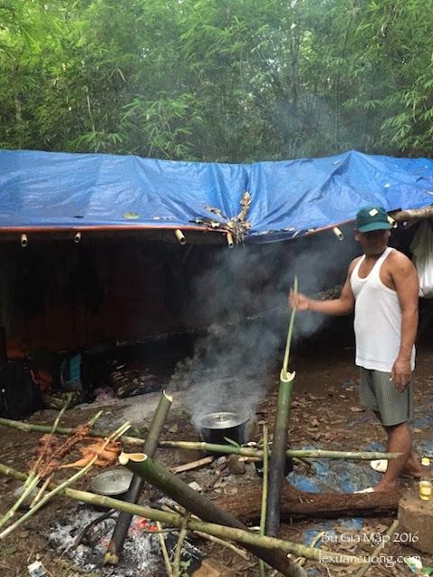 Anh porter người dân tộc Stieng đang nấu món canh thụt